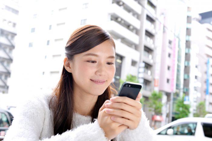 スマートフォン検索する女性